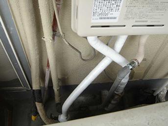 工事後の新しい給湯器の配管です。