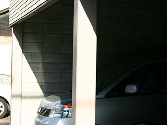 塗装後の駐車場の柱の様子です。